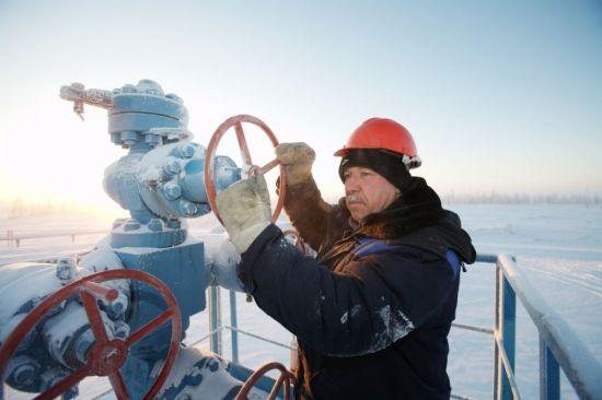 유럽으로 수출되는 가스관을 손보고 있는 러시아 천연가스기업 가즈프롬 직원 모습. 러시아가 유럽으로 들어가는 천연가스관을 외교상 자원무기로 자주 활용하면서 중동과 유럽 송유관을 연결하려는 노력이 계속되고 있다.(사진=www.gazprom.com)