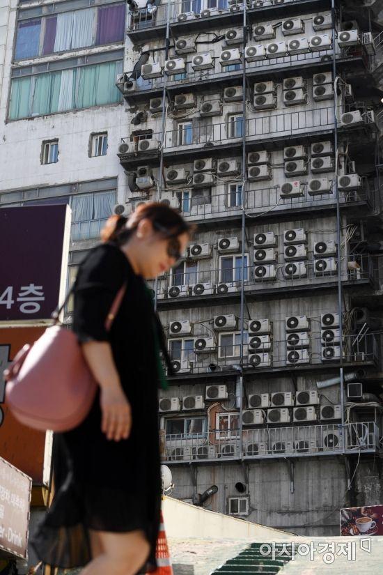 폭염으로 전력수요가 늘고 있는 31일 서울 중구 한 건물 외벽에 에어컨 실외기가 가득 설치돼 있다. /문호남 기자 munonam@