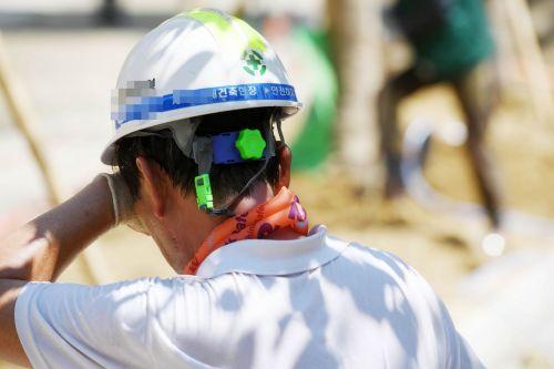 서울 강남구 개포동의 한 건설현장에서 근로자가 땀을 닦는 모습. /문호남 기자 munonam@