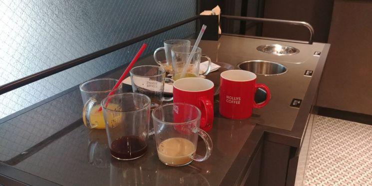 한 커피전문점에 정리되지 않은 머그컵.