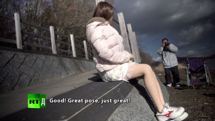 러시아의 글로벌 보도 전문 채널 RT가 지난해 방영한 다큐멘터리 '대체물(Substitutes)' 가운데 한 장면. 일본의 일부 섹스돌 팬은 진짜 데이트하듯 섹스돌과 함께 외출하기도 한다.