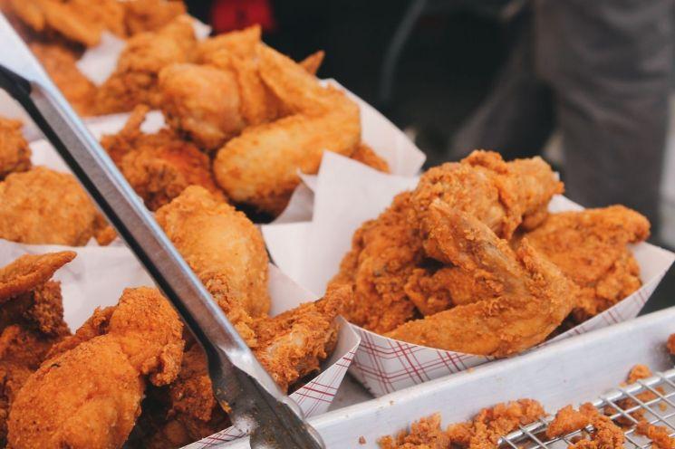"""[최신혜의 외식하는날]""""치킨 그릇도 회수해야 하나요?"""" 일회용품 규제안에 음식점주 '대혼란'"""