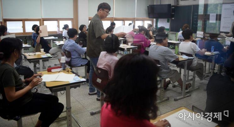 2018년도 제2회 초졸·중졸·고졸 학력인정 검정고시가 실시된 8일 서울 용산구 용강중학교에서 초졸 학력인정 검정고시에 응시한 수험생들이 시험을 치르고 있다./김현민 기자 kimhyun81@