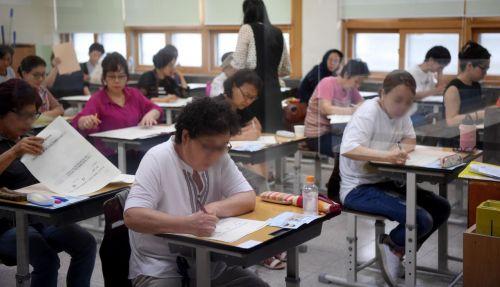 서울 용산구 용강중학교에서 초졸 학력인정 검정고시에 응시한 수험생들이 시험을 치르고 있다./김현민 기자 kimhyun81@