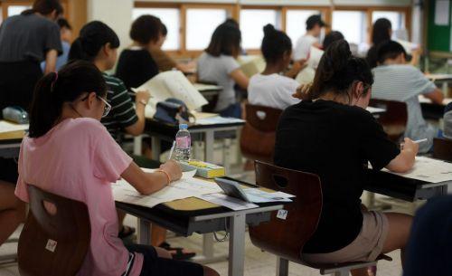 서울 용산구 용강중학교에서 초졸 학력인정 검정고시에 응시한 수험생들이 시험을 치르고 있다. /김현민 기자 kimhyun81@