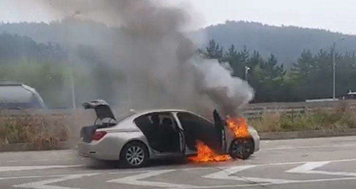 지난 9일 오전 경남 남해고속도로에서 BMW 730Ld 차량에 화재가 발생한 모습(사진=연합뉴스)