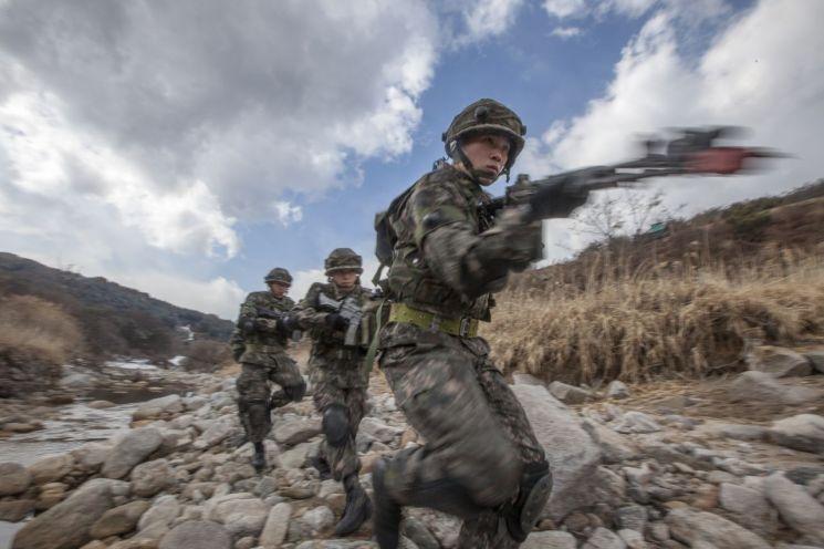 육군 KTCT훈련… 폭염대책으로 마스크 벗기로