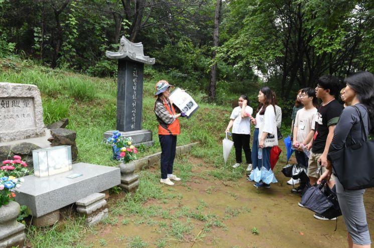 망우리 공원 방정환 · 강소천 ·최신복 묘역 찾아 봉사활동 펼쳐