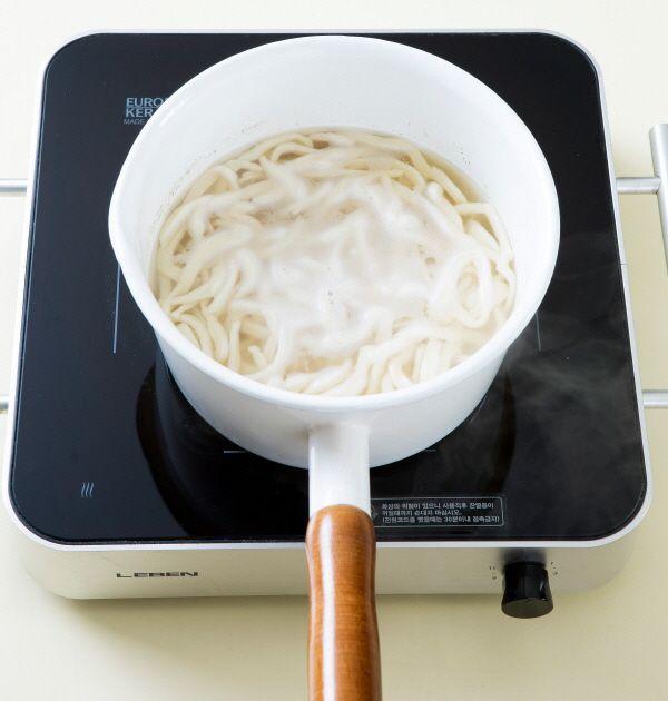 3. 국물에 국간장을 넣어 간을 한 다음 칼국수 면을 넣고 끓인다. 끓어오르면 살살 저어가며 3분 정도 더 끓인다.