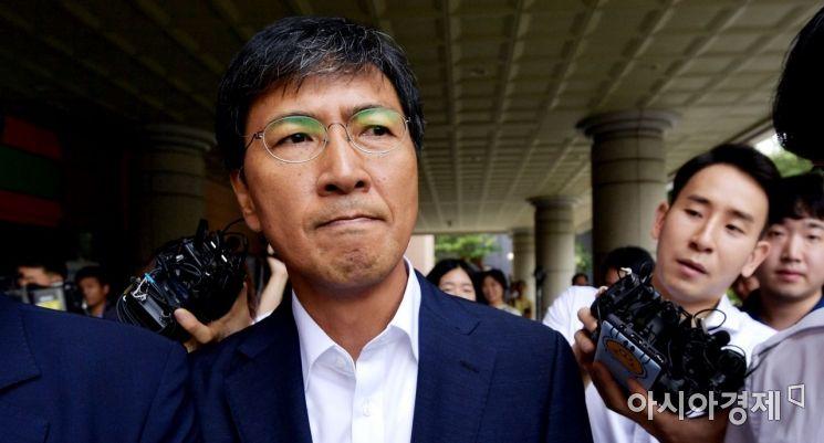 비서를 성폭행한 혐의를 받고 있는 안희정 전 충남지사가 14일 서울서부지법에서 열린 1심 선고 공판을 마친 뒤 법원을 나서고 있다. 안 전 지사는 이날 무죄를 선고받았다. /문호남 기자 munonam@