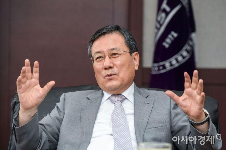 신성철 카이스트 총장이 14일 대전 유성구 카이스트 본관 총장실에서 인터뷰하고 있다./대전=강진형 기자aymsdream@
