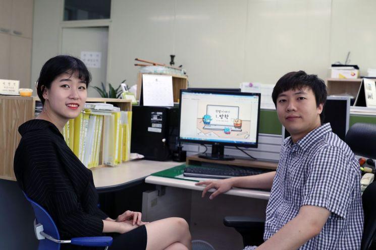한밭대 카툰기자단 (좌측) 박민경 씨와 (우측) 김명주 씨가 웹툰 '한밭이야기' 제작에 관해 이야기를 나누고 있다. 한밭대 제공