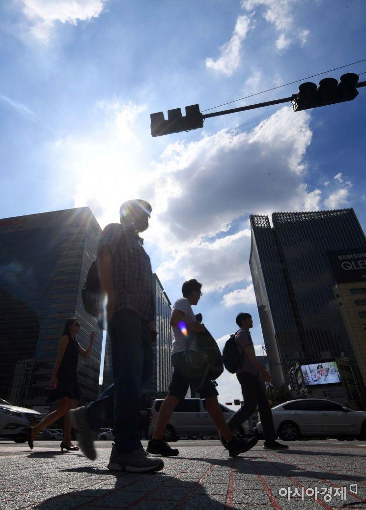 제19호 태풍 솔릭이 한반도를 향해 북상 중인 22일 서울 광화문 사거리에서 시민들이 뜨거운 햇볕 아래 발걸음을 옮기고 있다. /문호남 기자 munonam@