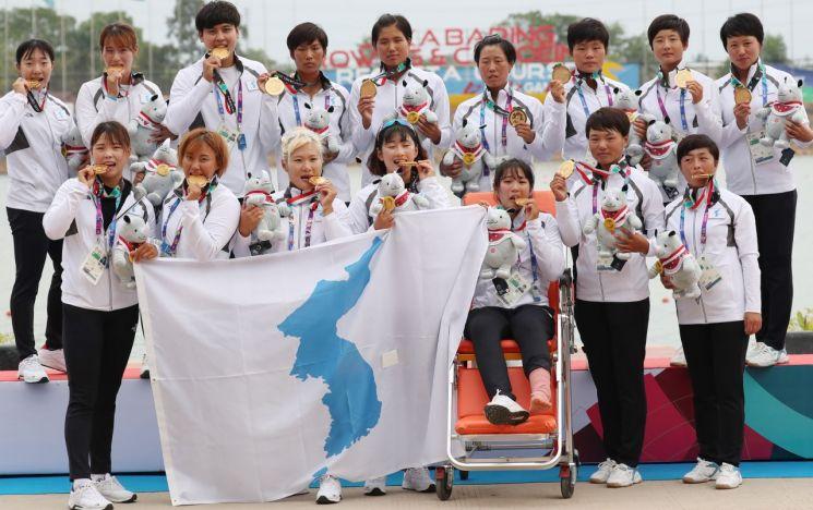 지난해 8월 아시안게임 카누용선 500m 여자 시상식에서 금메달을 딴 남북단일팀 선수들이 기념촬영을 하고 있다.<이미지출처:연합뉴스>