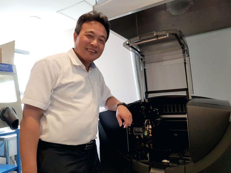 최정필 코어라인소프트 대표가 프로그램 시험 용도로 마련한 3D프린터를 소개하고 있다.