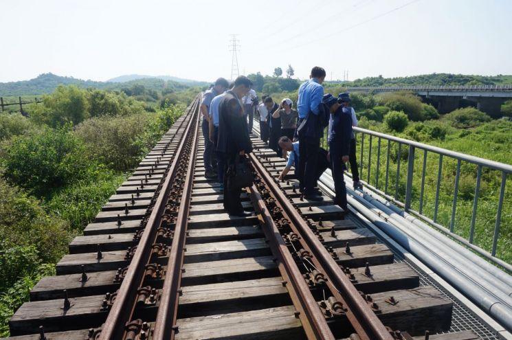 문재인 대통령은 지난해 8월 15일 광복절 경축사를 통해 동북아 6개국과 미국이 함께 하는 동아시아철도공동체를 제안한 바 있다. 사진은 그해 7월 남북철도점검단이 경의선 철도의 북측 연결구간 중 사천강 철도 교량을 점검하는 모습.