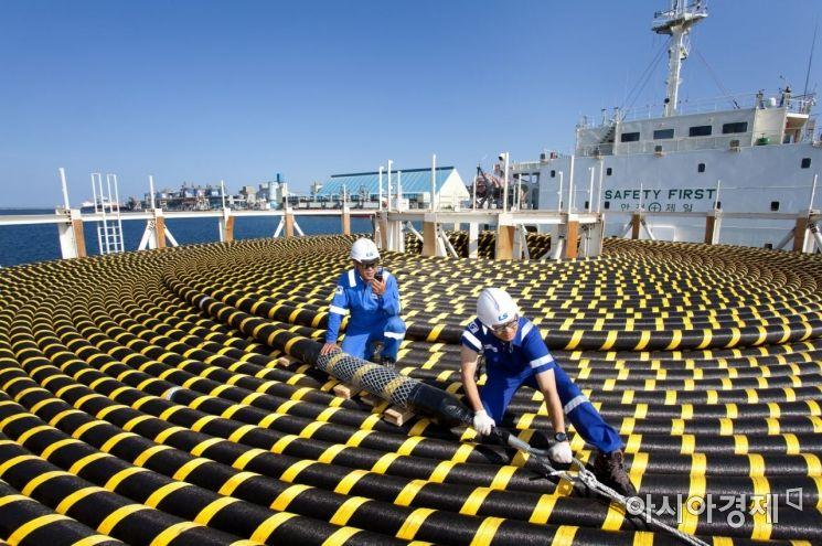 케이블 제조기업 LS전선 동해 사업장에서 수출할 해저케이블을 선적하고 있다. / 사진=LS전선