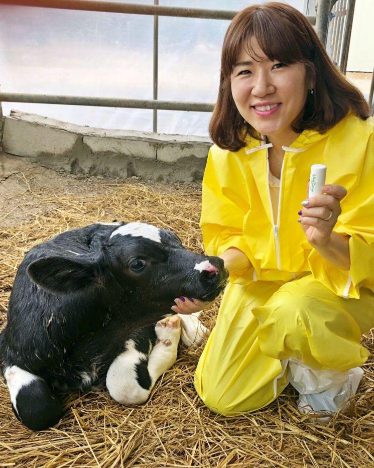 김희진 유라이크코리아 대표가 축우 생체관리 바이오 캡슐 '라이브케어'의 송아지 전용 제품을 선보이고 있다.
