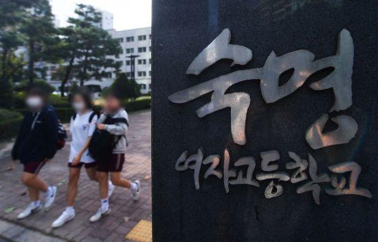 쌍둥이 자매 동시 전교 1등으로 시험 문제 유출 의혹을 받고 있는 서울 강남구 숙명여자고등학교와 이 학교 전 교무부장 집 등을 경찰이 5일 압수수색했다. 사진은 이날 숙명여고. /문호남 기자 munonam@