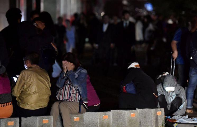 지진이 발생하자 대피한 삿포로 시민들의 모습 [이미지출처=로이터연합뉴스]