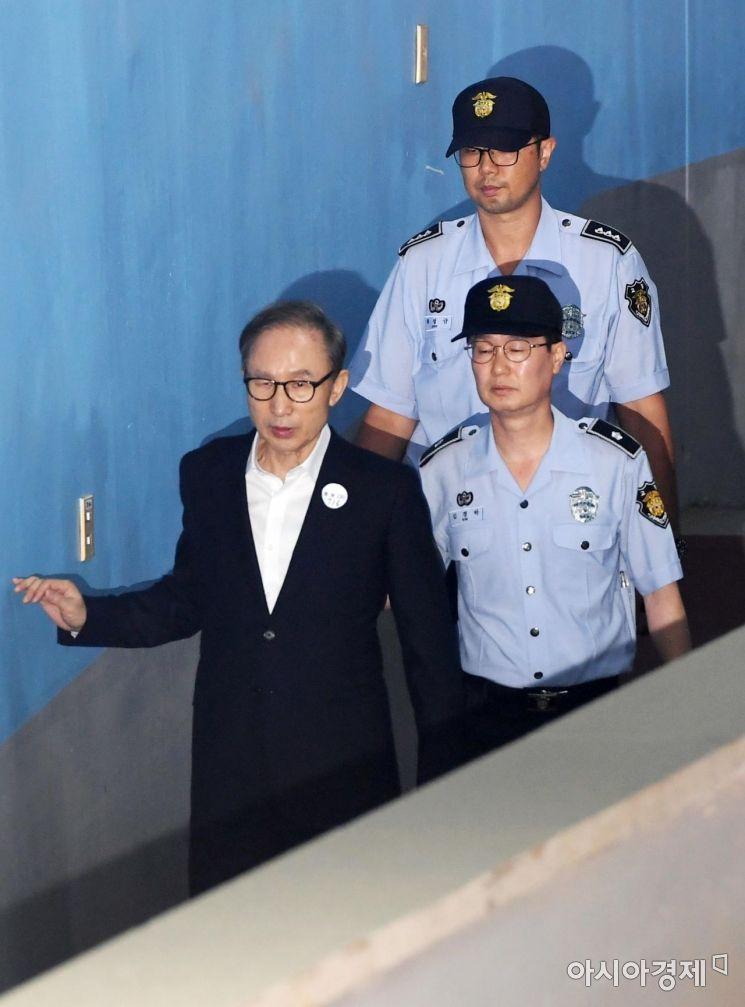 다스 자금 횡령과 삼성 뇌물수수 등의 혐의로 기소된 이명박 전 대통령이 6일 결심 공판이 열리는 서울중앙지방법원으로 들어서고 있다. /문호남 기자 munonam@