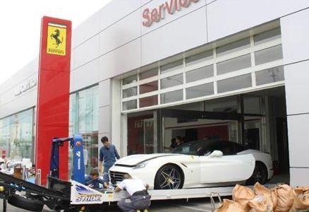 직원들이 침수 피해가 확인된 페라리 차량을 옮기고 있다.[출처: 산케이신문 온라인 뉴스 캡쳐]