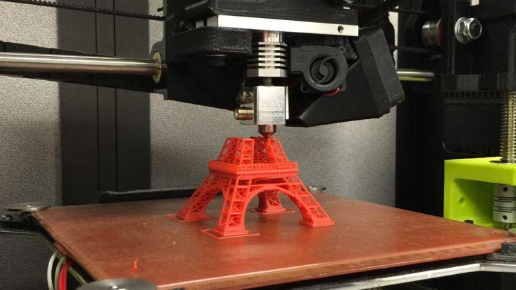 에펠탑 모형을 만드는 3D프린터