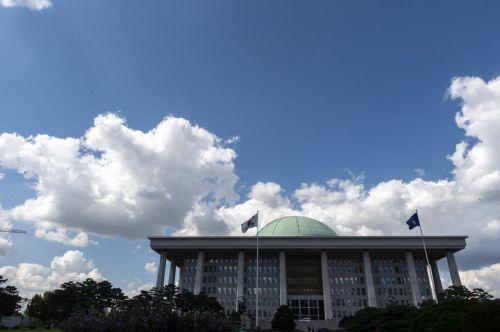 지난해 9월10일 서울 여의도 국회의사당 너머 하늘에 뭉게구름이 두둥실 떠있다./윤동주 기자 doso7@
