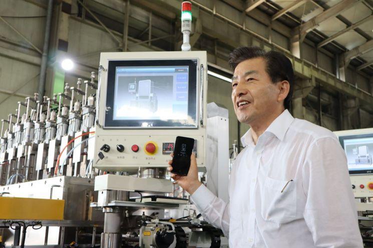 정영화 대호테크 대표가 경남 창원 소재 본사에서 스마트폰 디스플레이에 적용되는 3D 곡면 글라스 비연마 기술과 유리 열성형 장비 등에 대해 설명하고 있다.