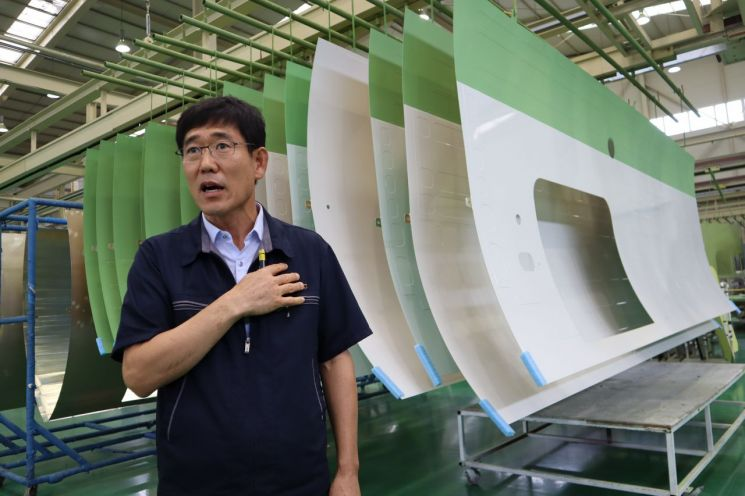 최주원 코텍 대표가 경남 사천에 위치한 공장에서 비행기 부품에 대한 표면처리 기술력과 글로벌 항공산업 전망 등에 대해 이야기를 하고 있다.
