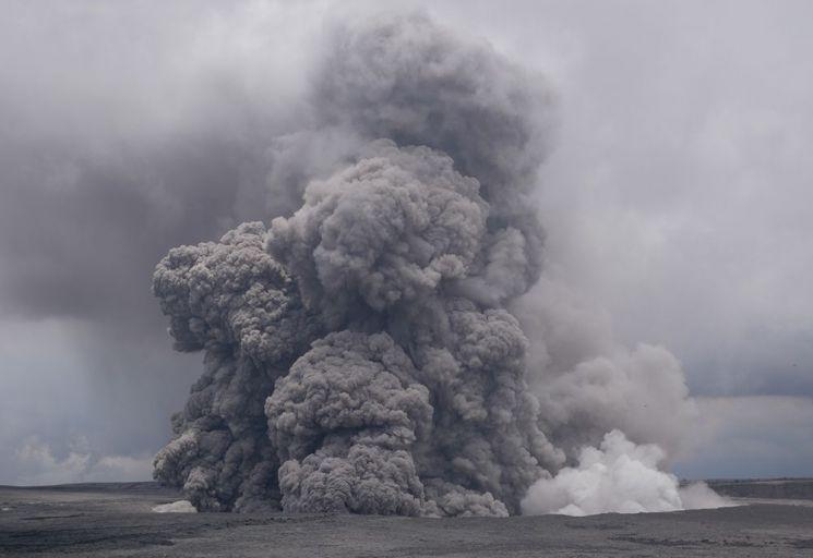 화산재가 태양을 가리면서 일사량이 30%나 줄었던 사례가 있습니다. 사진은 지난 5월 하와이 킬라우에아 화산의 핼레마우마우 분화구에서 화산재가 분출되고 있는 모습.[사진=NOAA 홈페이지]