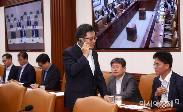 [포토] 회의 직전 전화 받는 김동연 부총리