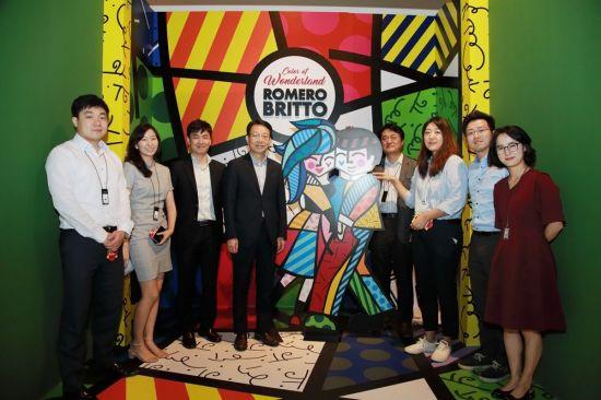 ▲김대철 HDC현대산업개발 사장(왼쪽 네번째)이 지난 11일 신입 직원들과 '로메로 브리토 특별전'을 관람하고 소통하는 시간을 가졌다.