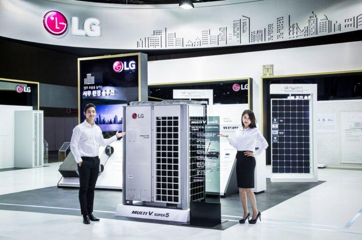 LG전자 모델이 2018 대한민국 에너지대전에서 공조시스템을 소개하고 있다.