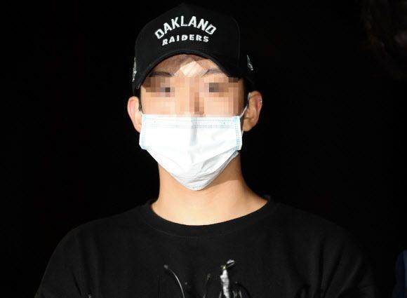 아이돌 그룹 카라 출신인 구하라(27)씨의 남자친구 최모(27)씨가 지난달 17일 서울 강남경찰서에 출두하고 있다.사진=연합뉴스