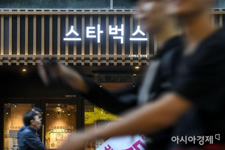 서울 인사동거리에 위치한 커피전문점 스타벅스.