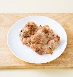 2. 닭 다리 살은 소금, 후춧가루, 맛술을 넣어 간한다. 오븐에 굽거나 팬에 구워 먹기 좋은 크기로 썬다.