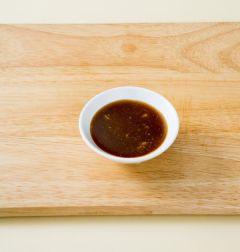 3. 분량의 간장 소스 재료를 섞는다. (Tip 간장 1 식초 2, 설탕 1, 다진 마늘 0.5, 연겨자 0.3)