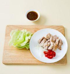 4. 그릇에 닭 다리 살, 양상추, 양파, 방울토마토를 보기 좋게 담고 간장 소스를 곁들인다.