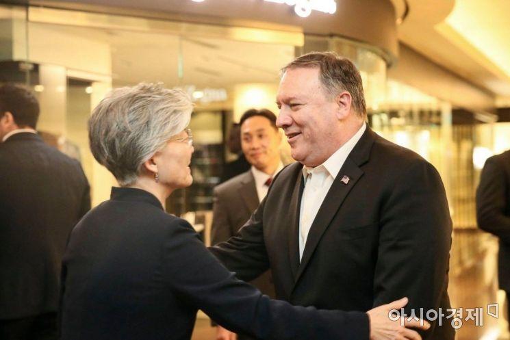 강경화(왼쪽) 외교부 장관과 마이크 폼페이오 미국 국무장관.