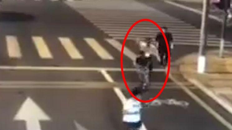 ▲ 조직 폭력배 류하이룽의 칼을 빼앗아 쫓아가는 시민.