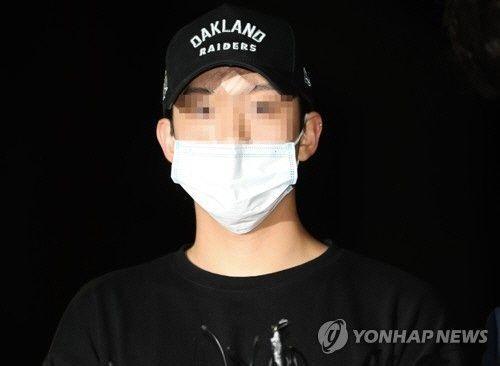 구하라(27)씨의 남자친구 최종범(27)씨가 지난달 17일 서울 강남경찰서에 출두하고 있다.사진=연합뉴스