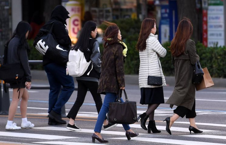 서울 아침 기온이 6도까지 떨어지는 등 올가을 들어 가장 쌀쌀한 날씨를 보인 11일 서울 종로구 광화문네거리 인근에서 시민들이 출근길 발걸음을 재촉하고 있다./김현민 기자 kimhyun81@