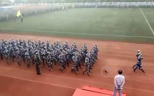 군사훈련 열병식 중 발휘된 여학생의 쿵푸 실력