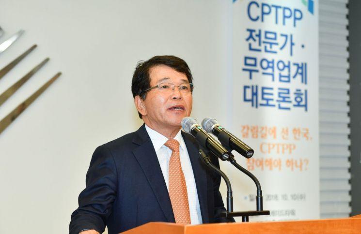 한국무역협회가 10일 삼성동 트레이드타워에서 개최한 '포괄적·점진적 환태평양경제동반자협정(CPTPP) 전문가·무역업계 대토론회'에서 한진현 무역협회 부회장이 개회사를 하고 있다.