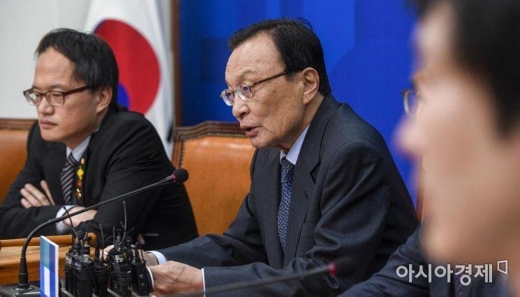 이해찬 더불어민주당 대표가 12일 서울 여의도 국회에서 열린 '최고위원회의'에 참석해 모두발언 하고 있다.