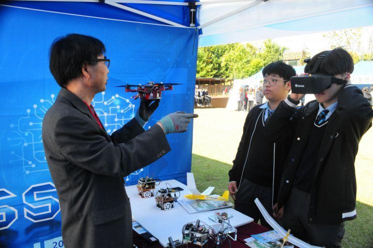 행사에 참여한 학생들이 VR 체험 및 드론 관련 설명을 듣고 있다.