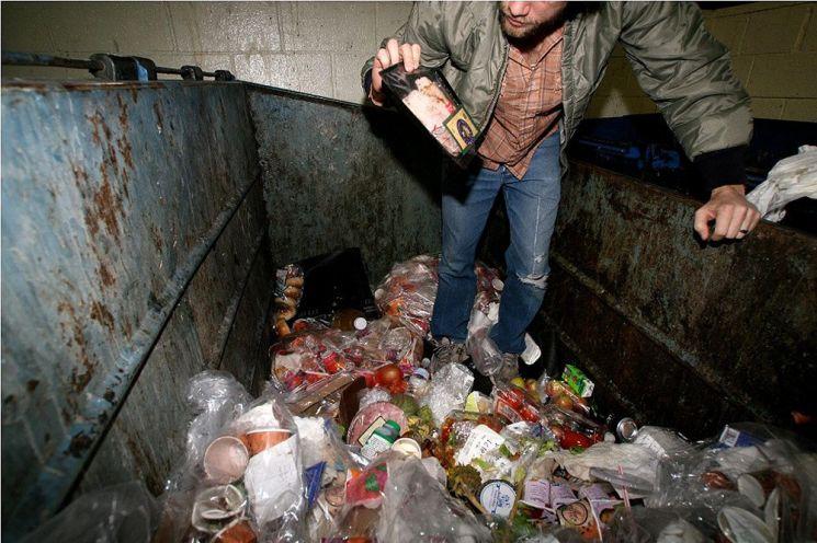 쓰레기통 속에서 음식을 찾고있는 덤스터 다이버의 모습. 사진 = Rebecca Dart