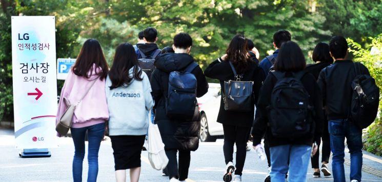 13일 서울 용산고등학교에서 실시한 LG 인적성검사를 치르기 위해 학생들이 고사장으로 들어가고 있다.