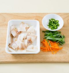 1. 생선살은 큼직하게 썬다. 양파, 깻잎, 당근은 채 썰고 청양고추는 다진다.